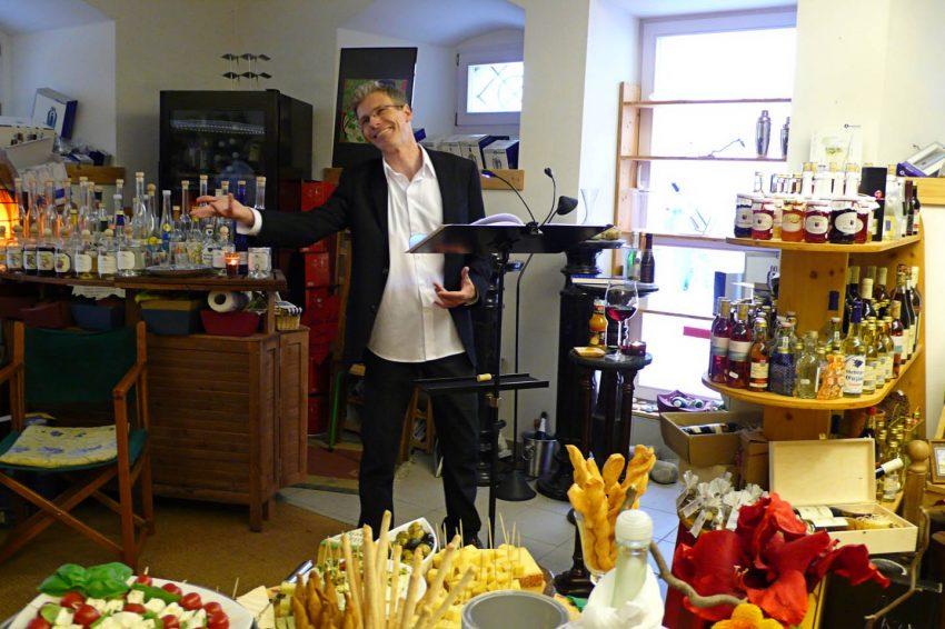 Bodenseewein ist ein besonderer Genuss, wenn er so schillernd in Worte gegossen wird. Manfred Menzel zelebriert jenseits aller Nüchternheit den Geist der edlen Tropfen, die in literarische Werke verschiedener Epochen eingeflossen sind. Er macht das süße Versprechen des Korkens hörbar, zeichnet die voluptuösen Linien von Dekantern nach und stößt bei der klassischen Weinkritik sauer auf. Schon 1580 hatte Michel de Montaigne einen in der Krone, also einen Becher Wein im Lindauer Gasthaus Krone. Wo anders als in diesem altehrwürdigen Gemäuer könnte diese Veranstaltung also stattfinden? Für die zu den Texten passenden Gaumenschmeichler iss gesssorgt. Prossss!